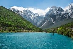 Cascade de rivière de l'eau blanche au Mt Jade Dragon Snow Photo stock