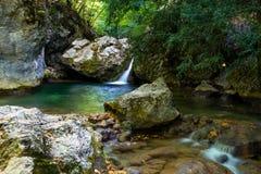 Cascade de rivière de montagne Photographie stock