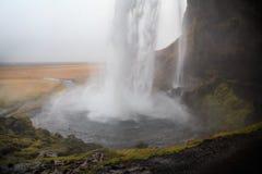 Cascade de Seljalandsfoss en Islande du sud un jour nuageux d'hiver Photos libres de droits