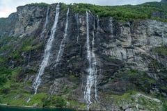 Cascade de sept soeurs dans le geirangerfjord, Norvège vue d'un bateau de croisière photographie stock libre de droits