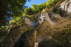 Cascade de Shakuranskiy dans la forêt tropicale verte de buis en l'Abkhazie Photos stock