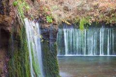 Cascade de Shiraito dans la saison d'automne image stock