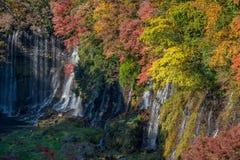 Cascade de Shiraito dans la saison d'automne photographie stock