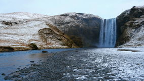 Cascade de Skogafoss en hiver, Skogar, région du sud, Islande banque de vidéos