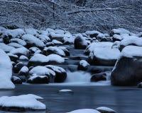 Cascade in de winterrivier Royalty-vrije Stock Foto's
