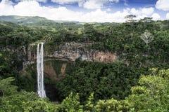 Cascade dramatique de Chamarel en parc national Photographie stock libre de droits