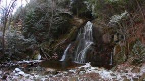 Cascade du Vermont dans la neige banque de vidéos