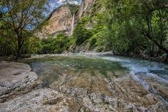 Cascade en canyon d'Okatse en Géorgie photos libres de droits