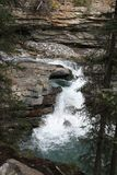 Cascade en montagnes Images stock