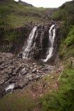 Cascade en montagnes photos stock