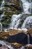 Cascade en montagnes carpathiennes Photo libre de droits