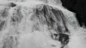 Cascade en montagnes de la Norvège par temps pluvieux banque de vidéos