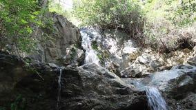 Cascade en pierre de montagne avec de l'eau clair comme de l'eau de roche clips vidéos