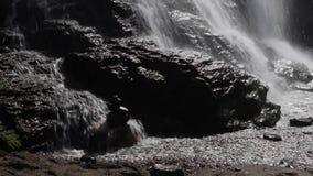 Cascade entrant au-dessus des roches dans la Californie du nord clips vidéos