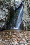 Cascade entre de grandes roches Photo stock