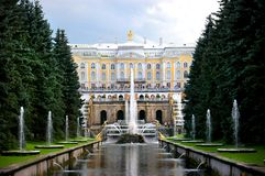 Cascade et canal grands de mer dans Peterhof Photographie stock libre de droits