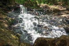 Cascade et courant dans la forêt dans Itacare Photographie stock