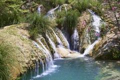 Cascade et lac naturels dans la région de Polilimnio Photo stock