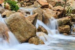 Cascade et roches couvertes de la mousse Photo libre de droits