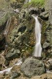 Cascade et roches de cicatrice de Gordale photo stock