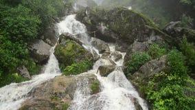 Cascade faisante rage pendant la tempête de pluie - Sapa Vietnam banque de vidéos