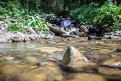 Cascade falls over mountain rocks Royalty Free Stock Photos