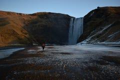 Cascade islandaise à l'hiver photo stock