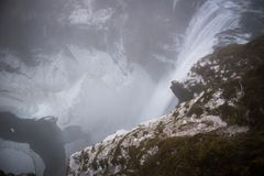 Cascade islandaise sous la neige et la pluie d'hiver image stock