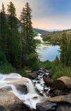 Cascade jumelle de lacs au lever de soleil Photo stock