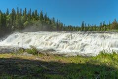 Cascade large avec de l'eau lisse en soleil lumineux d'été photos libres de droits
