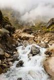 Cascade nette de montagne, fond Images libres de droits