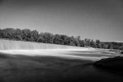 Cascade noire et blanche au-dessus de barrage images stock