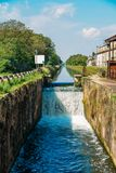 Cascade op een slot in Naviglio Pavese, een kanaal dat de stad van Milaan aan Pavia, Italië verbindt royalty-vrije stock fotografie