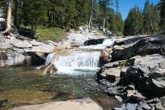 Cascade op John Muir Trail stock afbeelding
