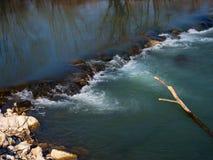 Cascade op rivier Sora in Slovenië in de lente Stock Foto's