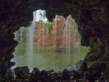 Cascade par la grotte Image libre de droits