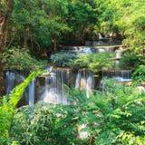 Cascade profonde de forêt dans Kanchanaburi (Huay Mae Kamin) Photo libre de droits
