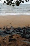 Cascade rocheuse pour désoler la plage Photographie stock libre de droits