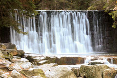 Cascade sauvage dans les montagnes polonaises Rivière avec des cascades Photos libres de droits