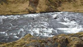 Cascade Skogafoss de l'Islande dans le beau paysage islandais clips vidéos