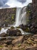Cascade spectaculaire chez Tingvellir en Islande Photo libre de droits