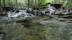 Cascade stupéfiante de Maekamin en Thaïlande banque de vidéos