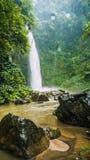 Cascade stupéfiante de Nungnung, roches et un certain Waterdrops, Bali, Indonésie photographie stock