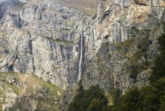 Cascade sur la montagne image libre de droits