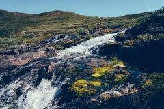 Cascade sur la pente de montagne photographie stock libre de droits