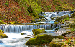 Cascade sur la rivière de montagne Image libre de droits