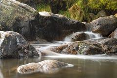 Cascade sur la rivière de montagne en automne Photo stock