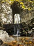 Cascade sur la rivière de montagne en automne Images libres de droits