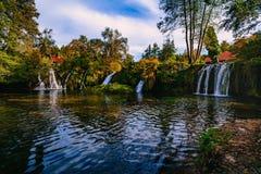 Cascade sur le canyon de rivière de Korana dans le village de Rastoke Slunj en Croatie images stock