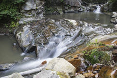 Cascade sur le ruisseau Images libres de droits